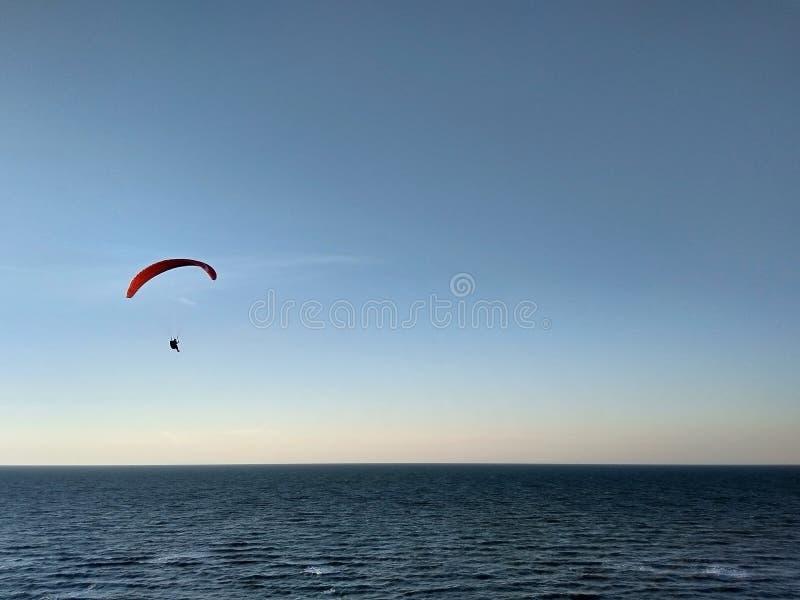 L'aliante sorvola il mare prima del tramonto distesa Sport dell'aria immagini stock libere da diritti