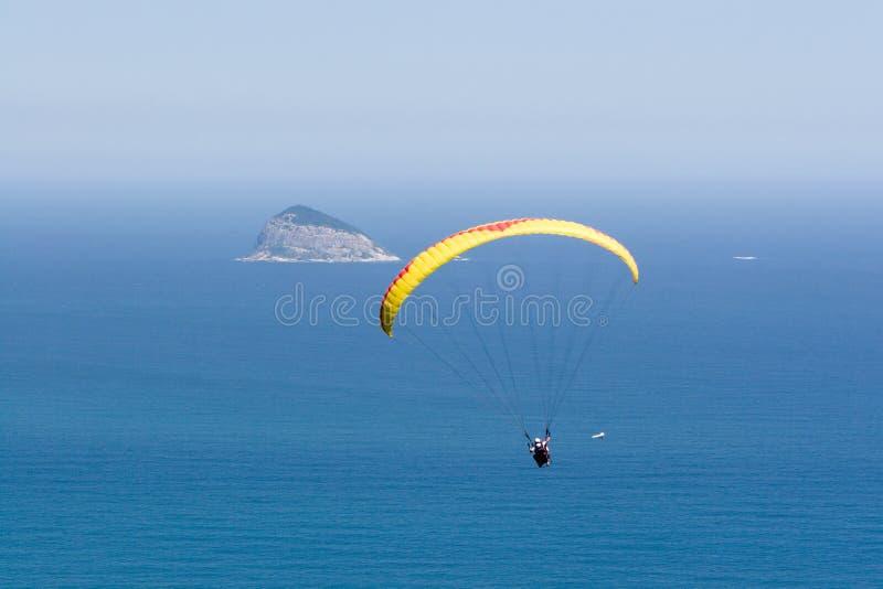 L'aliante vola sopra l'oceano fotografia stock libera da diritti