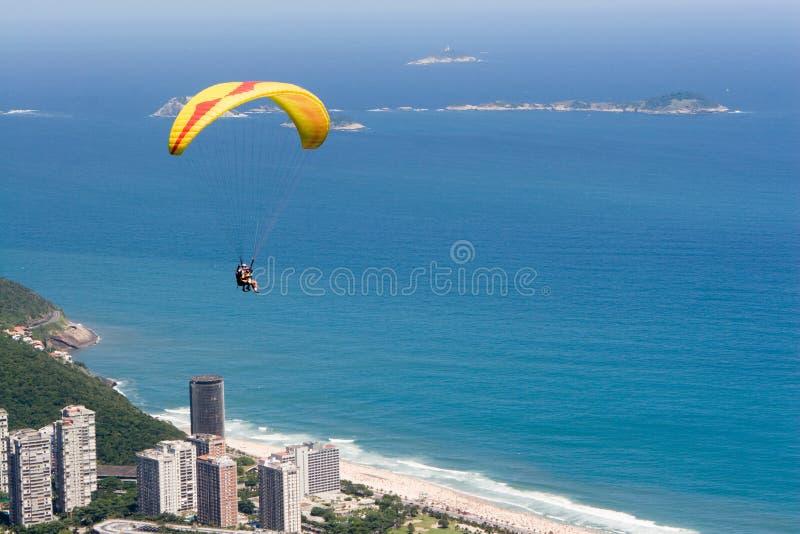 L'aliante vola sopra Rio immagine stock