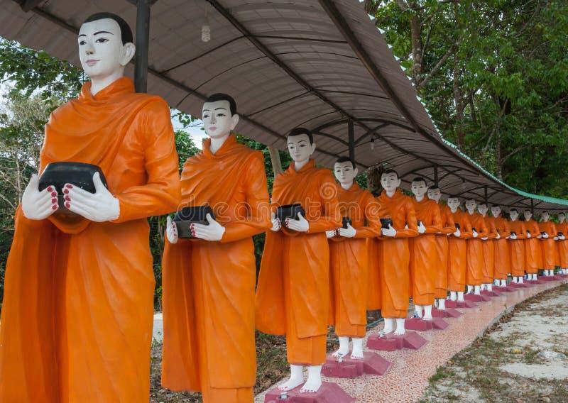 Alimento che offre ad un monaco immagine stock