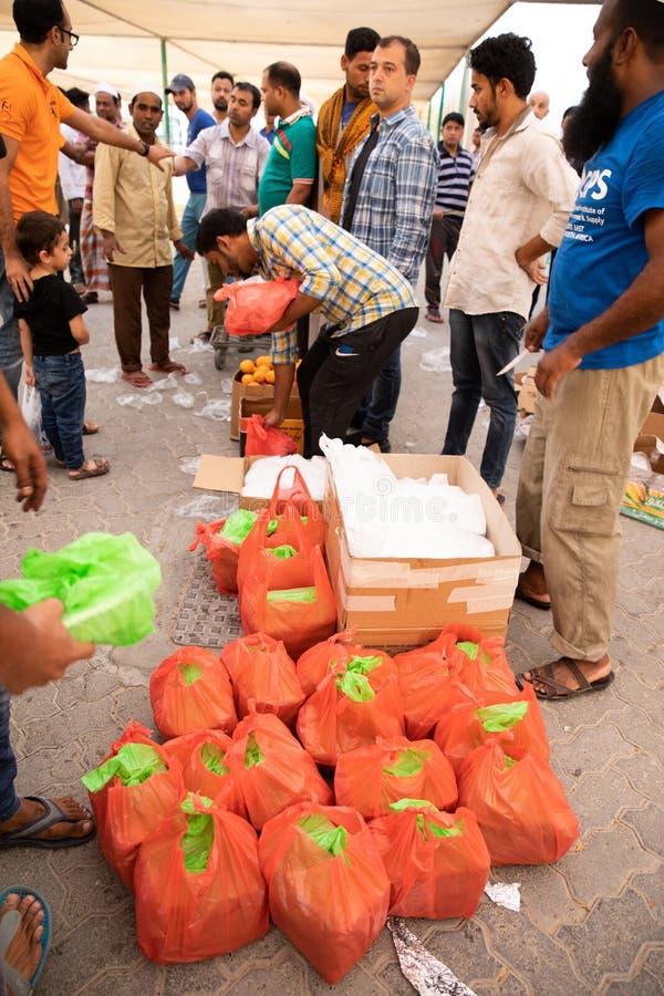 L'alimento imballa la distribuzione del ` di moschea durante il pasto iftar del Ramadan immagine stock libera da diritti