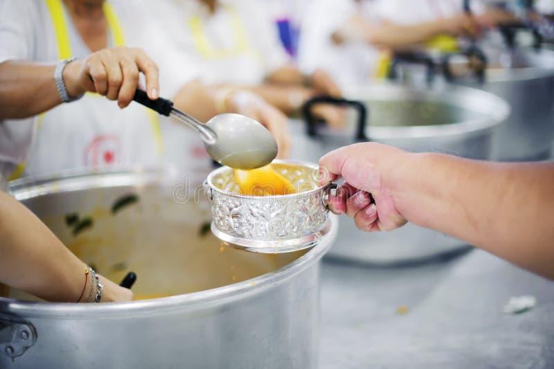 L'alimento libero per povero ed il barbone dona l'alimento ad alimento meno gente: Concetto dell'alimento di speranza immagine stock libera da diritti