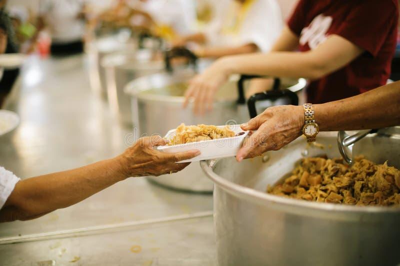 L'alimento libero per povero ed il barbone dona l'alimento ad alimento meno gente: Concetto dell'alimento di speranza fotografia stock