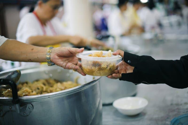 L'alimento libero per povero ed il barbone dona l'alimento ad alimento meno gente: Concetto dell'alimento di speranza immagine stock