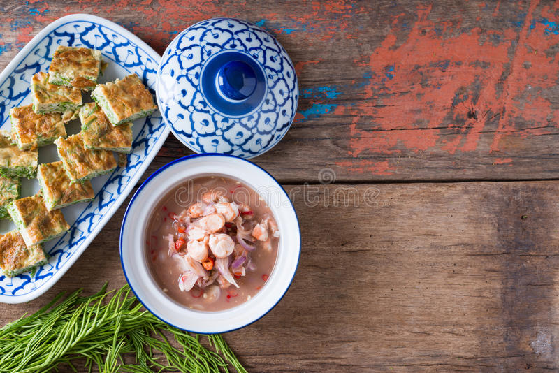 L'alimento, l'omelette di Pennata dell'acacia e la Gamberetto-pasta tailandesi sauce fotografia stock libera da diritti