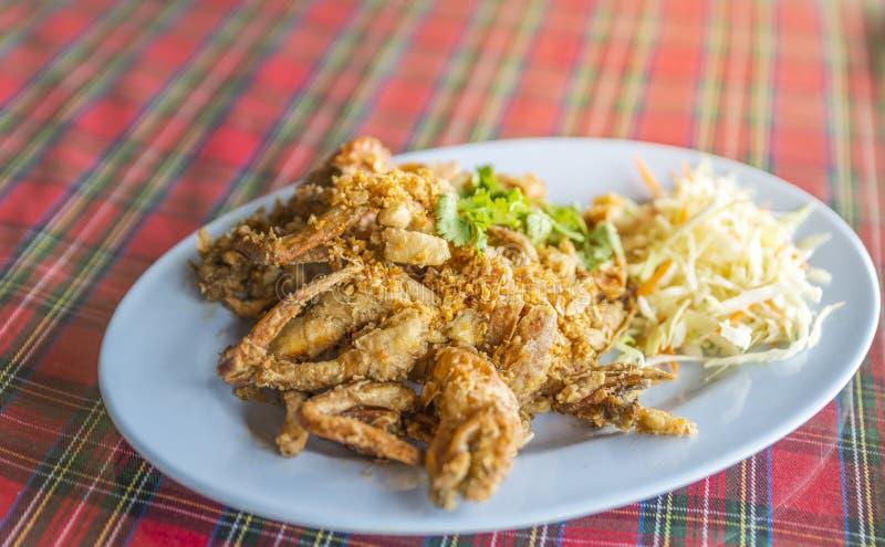 L'alimento tailandese ha fritto nel grasso bollente il granchio molle delle coperture con aglio immagini stock