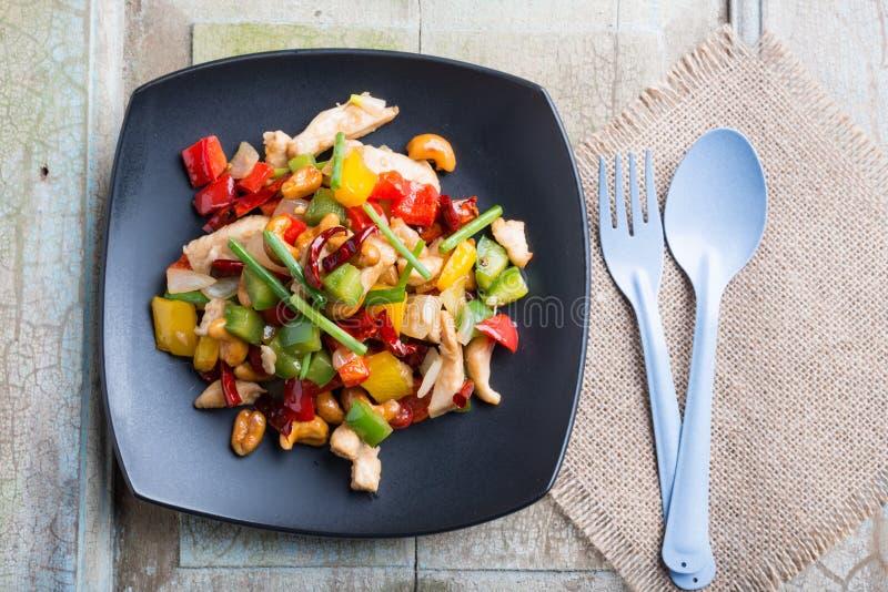 L'alimento tailandese, stir ha infornato il pollo con gli anacardi immagini stock