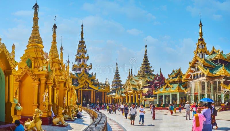L'allée de cercle de la pagoda de Shwedagon, Yangon, Myanmar photos stock