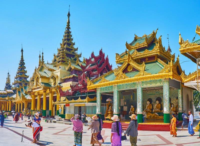 L'allée, garnie des tombeaux, complexe de Shwedagon, Yangon, Myanma photo libre de droits