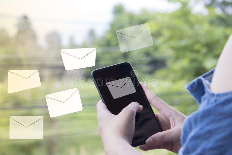 L'allarme del email sullo Smart Phone dell'esposizione ha offuscato il fondo della natura immagine stock libera da diritti