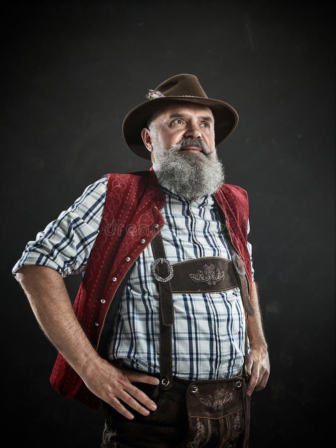 L'Allemagne, Bavière, Bavière supérieure, homme avec de la bière s'est habillée dedans dans le costume autrichien ou bavarois tra images libres de droits
