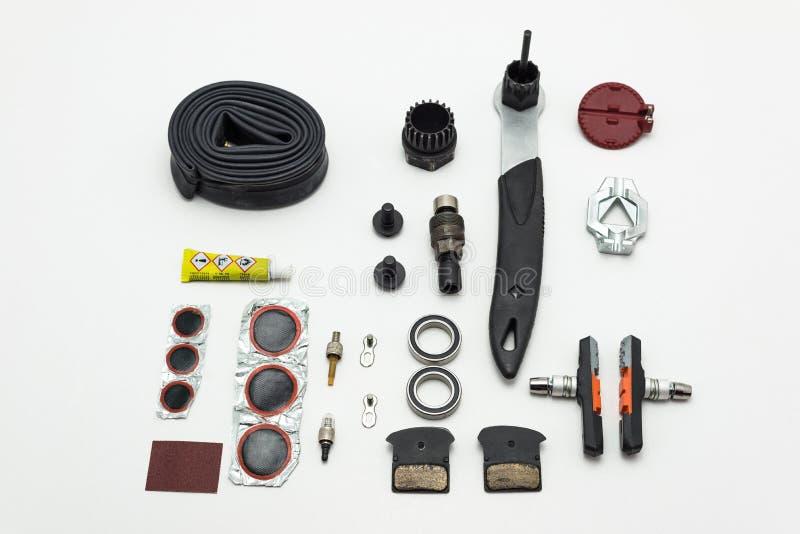 L'Allemagne, Coblence Aprli 2018 Réparation de la bicyclette Outils, pièces et ensemble d'équipement D'isolement sur un fond blan image stock