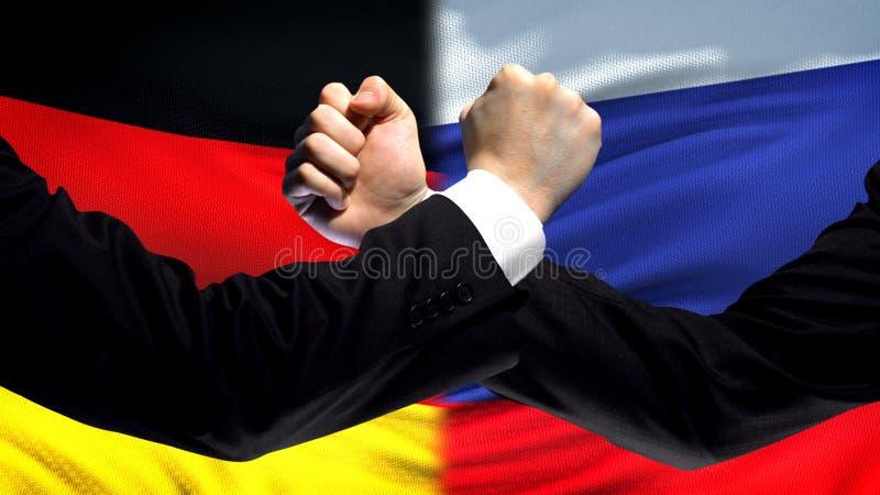 L'Allemagne contre le désaccord de pays de confrontation de la Russie, poings sur le fond de drapeau image stock