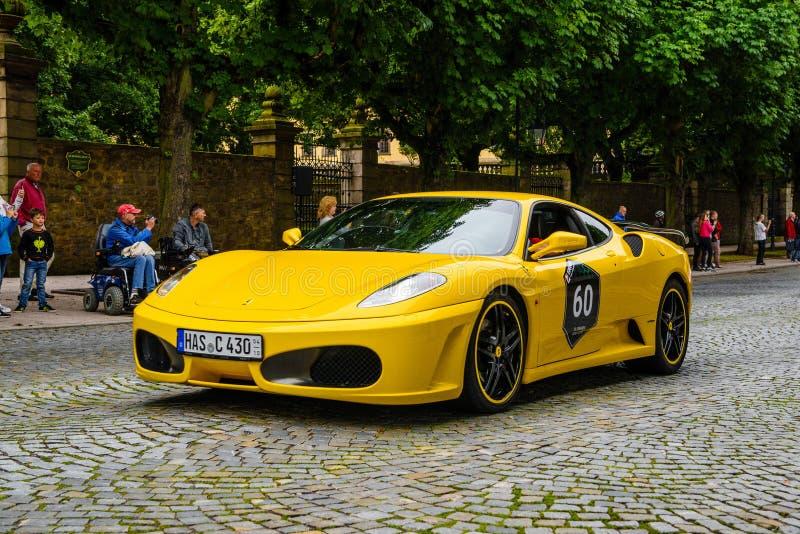 L'ALLEMAGNE, FULDA - JUILLET 2019 : le type jaune coupé de FERRARI F430 de F131 est une voiture de sport produite par le fabrican photos stock