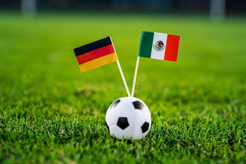 L'Allemagne - le Mexique, groupe F, dimanche, 17 Juin, le football, coupe du monde, Russie 2018, drapeaux nationaux sur l'herbe v photo stock