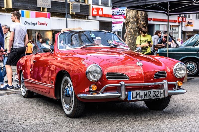 L'ALLEMAGNE, LIMBOURG - AVRIL 2017 : VW rouge VOLKSWAGEN KARMANN GHIA DACTYLOGRAPHIENT à 14 CABRIO CONVERTIBLES 1955 dans Limbour photo libre de droits