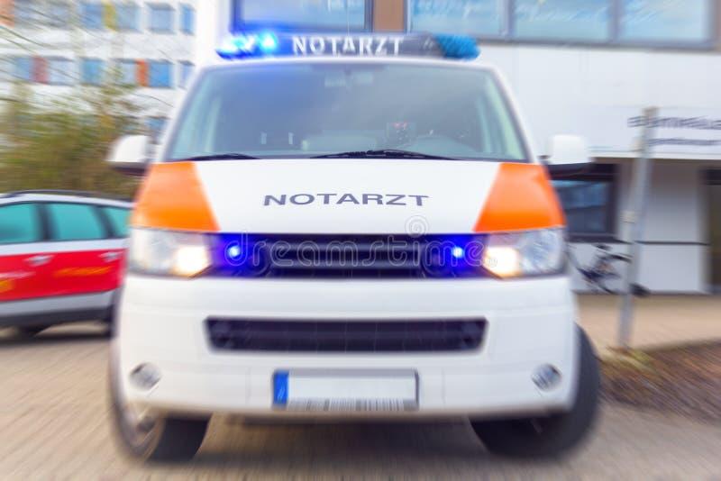 L'Allemand Notarzt, voiture de docteur de secours se tient sur un hôpital photos stock