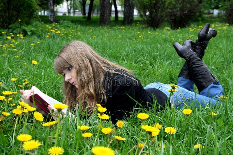 L'allievo sta leggendo un libro fotografie stock