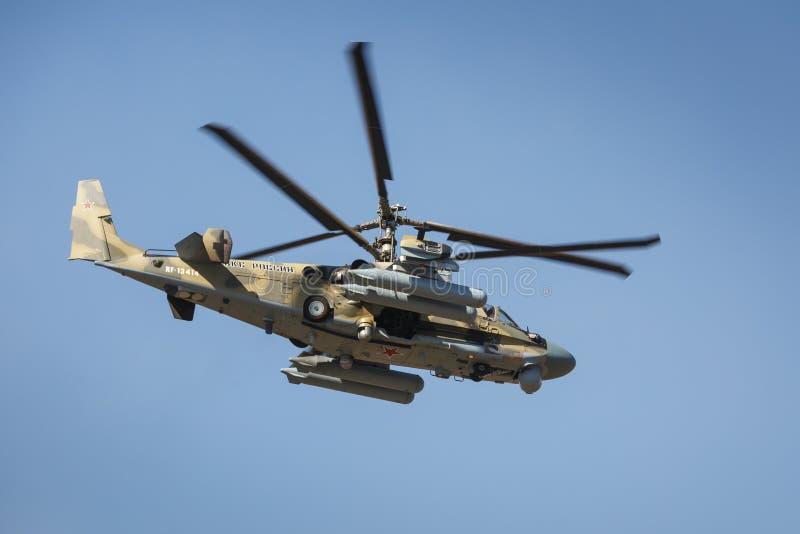 L'alligator de l'hélicoptère de combat Ka-52, a appelé le réservoir volant Vue de côté gauche, en vol photo stock