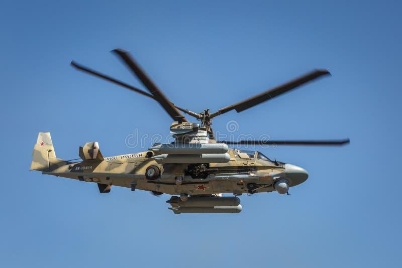 L'alligator de l'hélicoptère de combat Ka-52, a appelé le réservoir volant Vue de côté gauche, en vol photos stock
