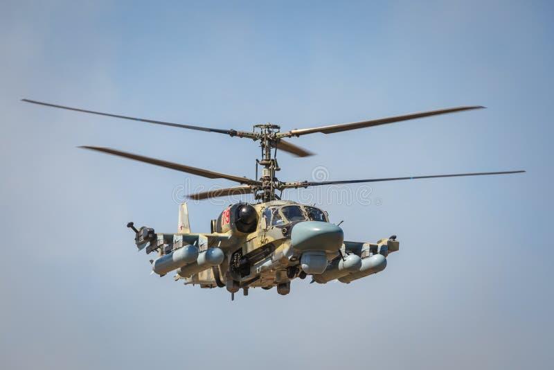 L'alligator de l'hélicoptère de combat Ka-52, a appelé le réservoir volant Vue en avant, en vol photographie stock