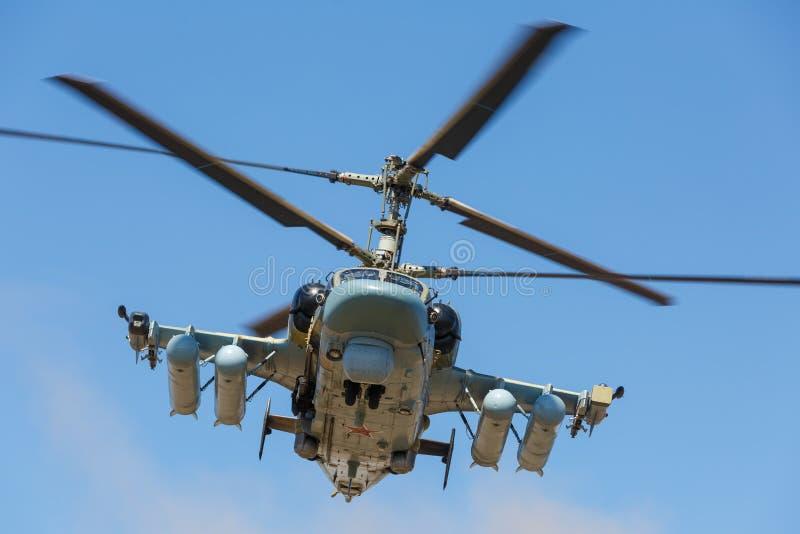L'alligator de l'hélicoptère de combat Ka-52, a appelé le réservoir volant Vue en avant, en vol Plan rapproché photos stock