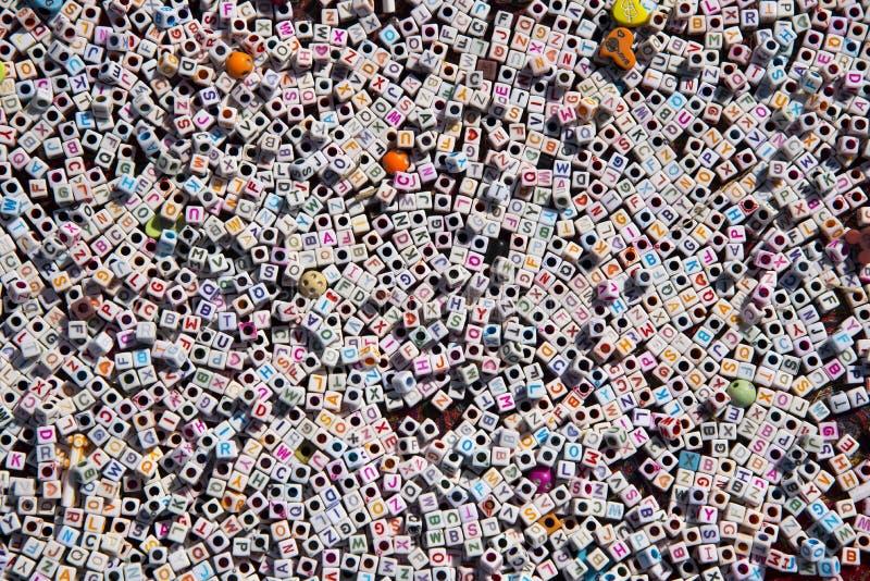 L'alphabet anglais multicolore perle le fond photographie stock libre de droits