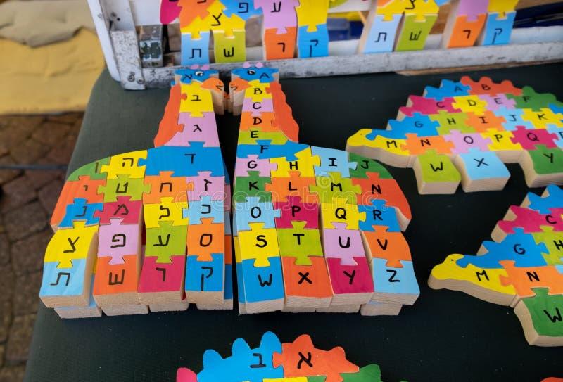 L'alphabet en bois anglais et hébreu déconcerte des ressembler aux animaux vendus au marché de travail manuel Tel Aviv photos stock