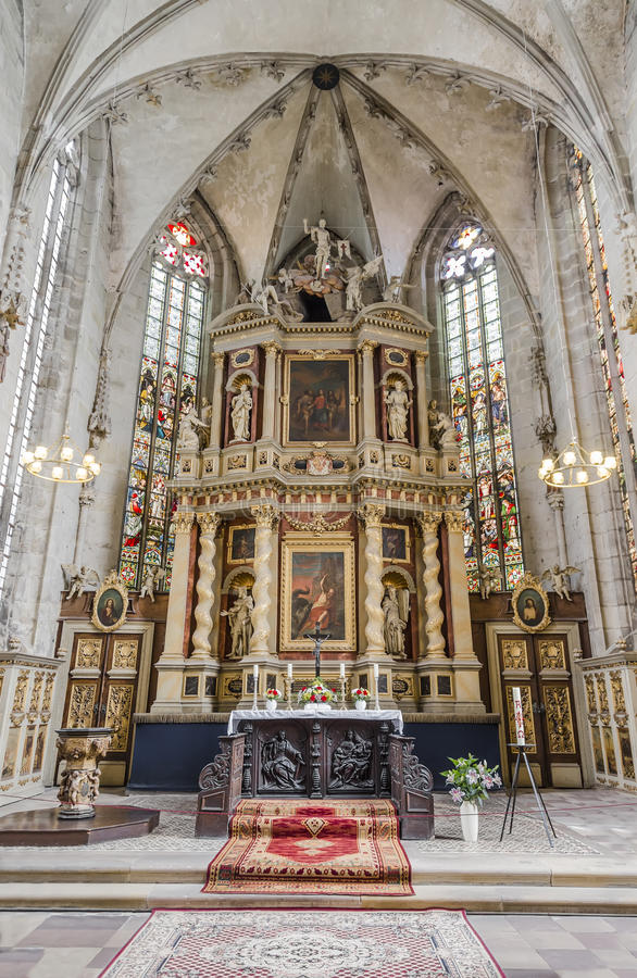 L'altar maggiore nello stile di barocco classico nella chiesa di fotografie stock libere da diritti