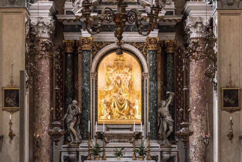 L'altare dorato del san sposa in basilica di San Zeno, Verona, Italia immagine stock libera da diritti