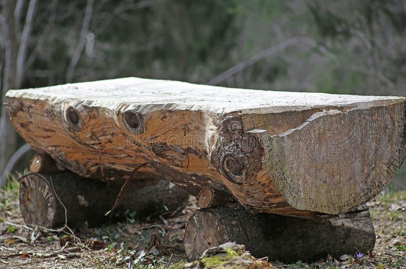 L'altare in mezzo alla foresta consiste di grande tronco di albero fotografia stock