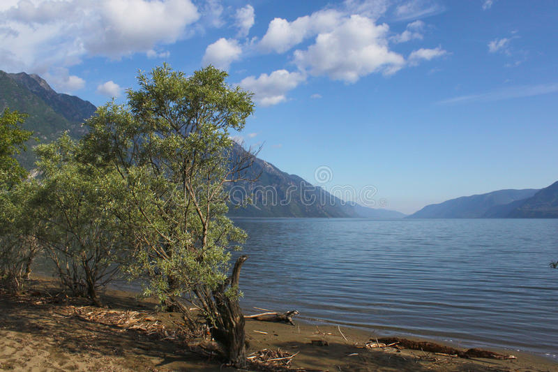 L'Altay Utro sur le lac Teletskoye de montagne photographie stock libre de droits