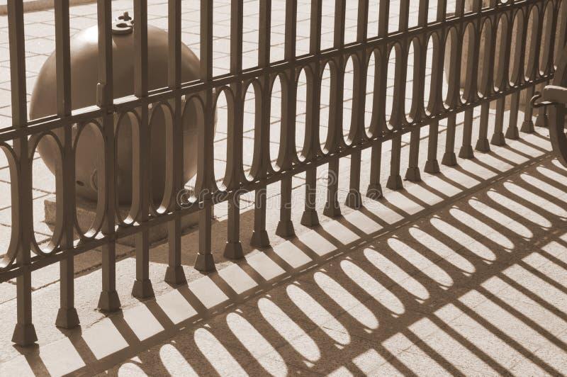 L'alternance des bandes légères et foncées dans le musée militar L'ombre de la barrière Rhytm des ombres image libre de droits