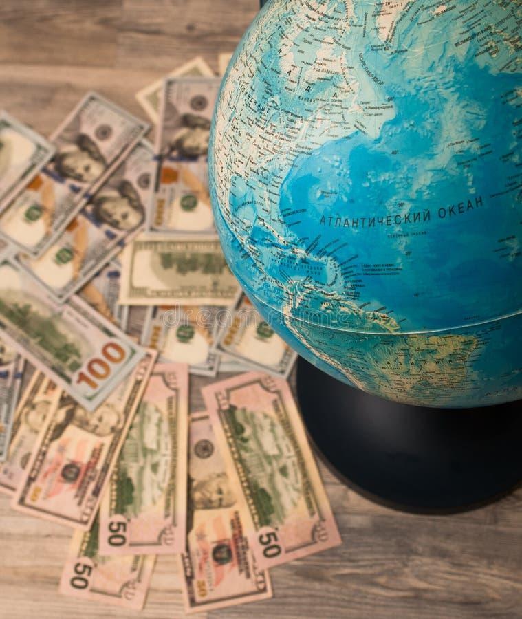 L'alternativa di viaggio, traccia geografico o mappa e contributo finanziario fotografia stock libera da diritti
