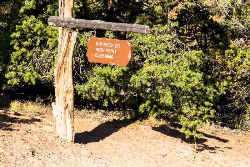 L'altitude et l'emplacement se connectent Rim Rock Drive en monument national du Colorado photographie stock libre de droits