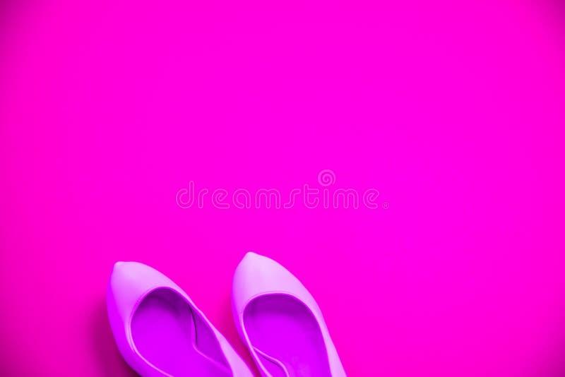 L'alto fondo porpora rosa tallonato rosa delle scarpe - vista superiore - tallona indicare la sinistra fotografie stock