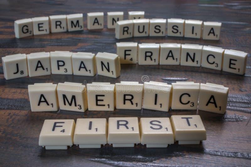 L'Amérique d'abord dans des tuiles de lettre photographie stock libre de droits