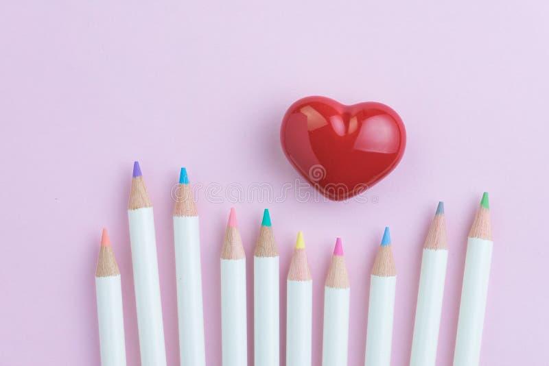 L'amant d'art avec la forme rouge de coeur avec la couleur crayonne sur le backgr rose images libres de droits