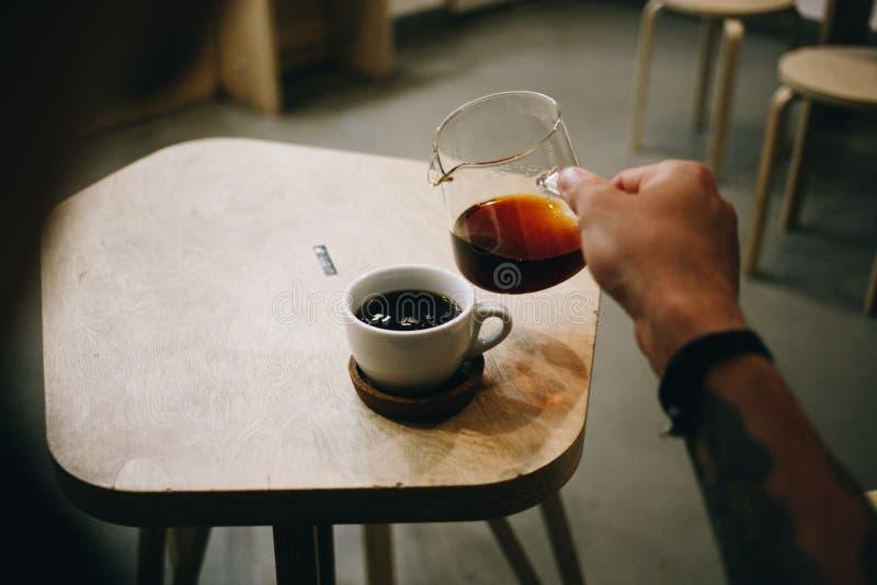 L'amant de café de spécialité verse le filtre dans la tasse photo stock