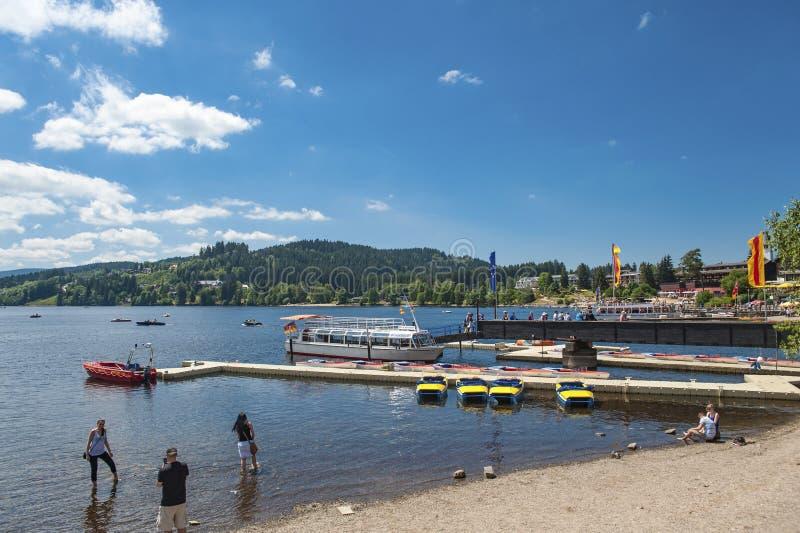 L'amarrage de bateau dans Titisee Neustadt photos stock