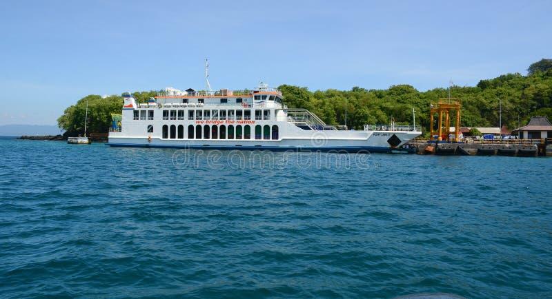 L'amarrage de ferry à la jetée de Bangbao dans Lombok, Indonésie image libre de droits