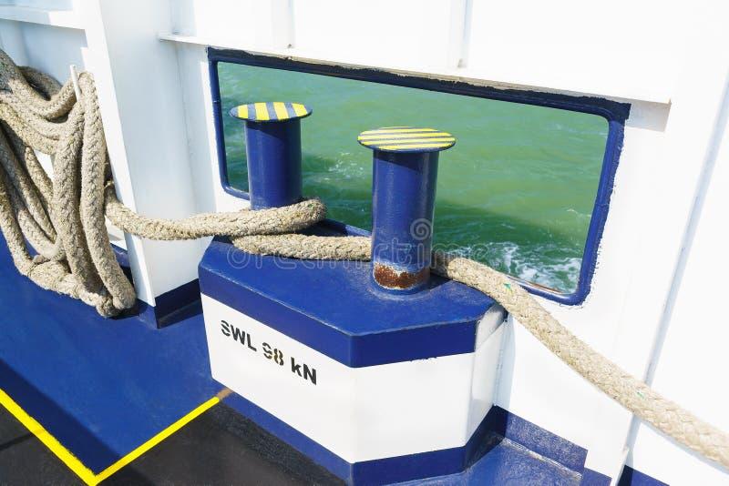 L'amarrage ropes pour attacher le bateau à la couchette, amarrant des barils et des bornes ou pour embarquer un bateau et des bor images stock