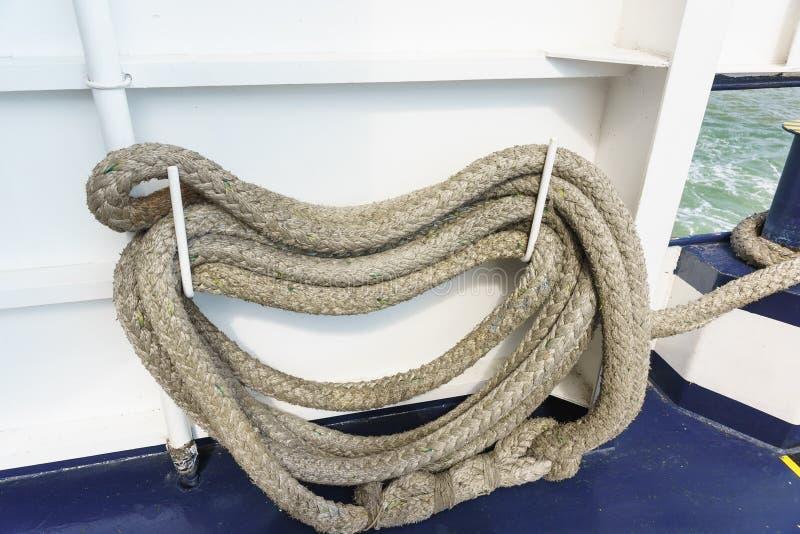 L'amarrage ropes pour fixer le bateau à la couchette, aux barils d'amarrage et aux bornes ou à un autre navire images libres de droits
