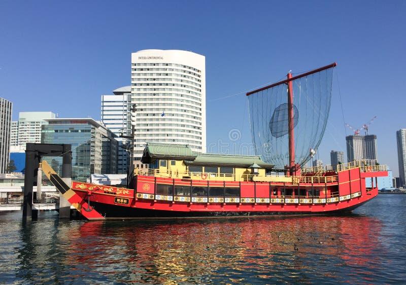 L'amarrage traditionnel de bateau à la jetée dans Odaiba, Tokyo photos stock