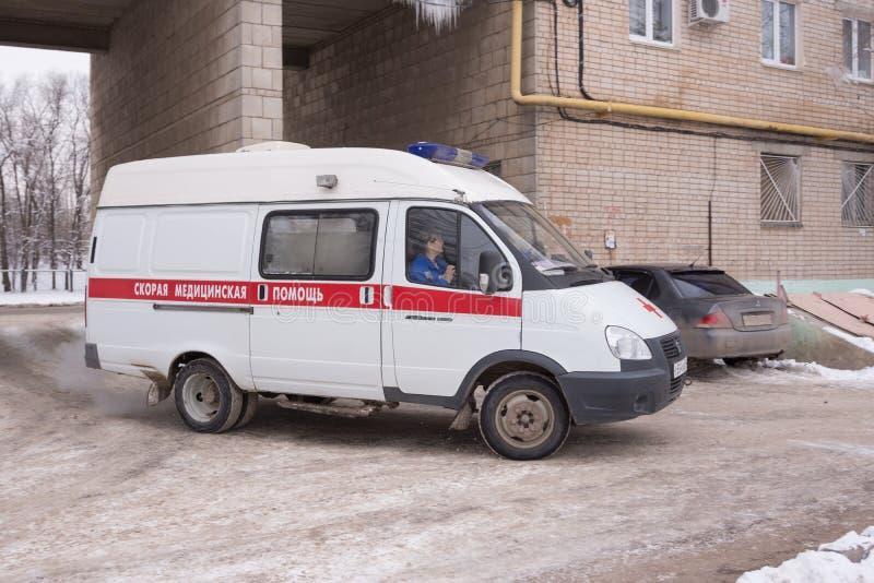 L'ambulance appelle dans la cour d'une maison de rapport à plusiers étages photo stock