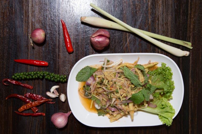 L'AMI épicé de Knor de soupe à salade de pousse de bambou est nourriture thaïlandaise du nord-est à vendre au marché ou au restau images stock