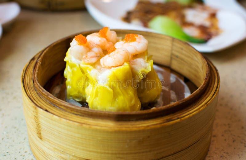 L'AMI chinois de shao de crevette de dimsum dans le vapeur en bambou images stock