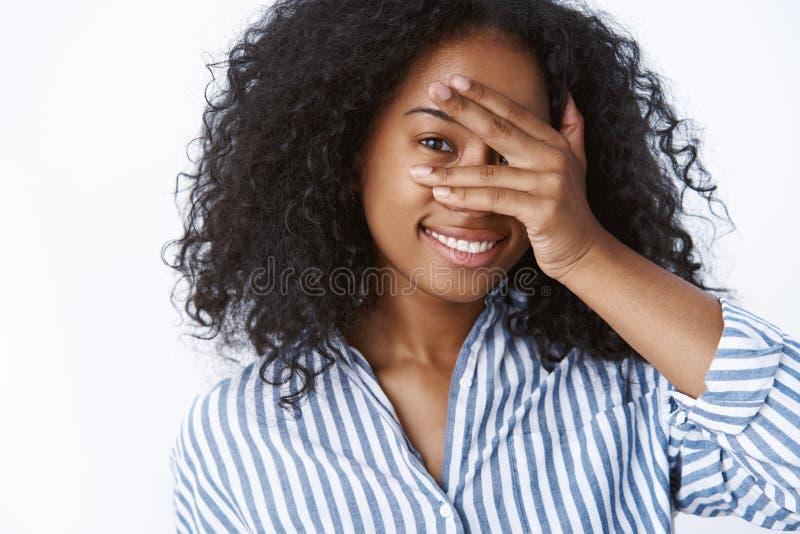 L'amica adorabile affascinante allegra che gioca il bubusettete che esprime la tenerezza di sensualità che tiene le palme affront immagini stock libere da diritti