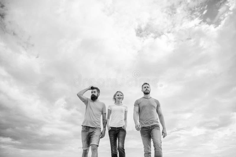 L'amicizia vera si sviluppa con gli ostacoli di destino Amici veri uniti di trio Modo lungo della depressione commovente Keep Gru fotografia stock libera da diritti