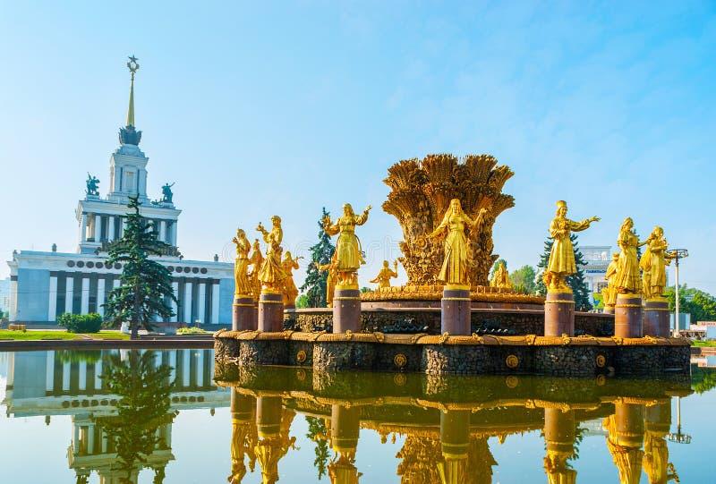 L'amitié fleurie de la fontaine et du pavillon 1, VDNH, Moscou de nations photos stock